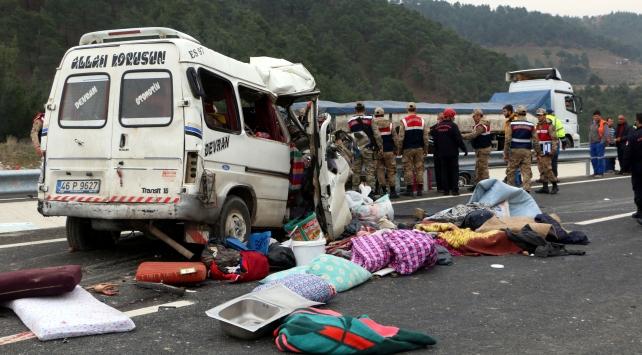 Kahramanmaraş'ta minibüs kamyona çarptı: 9 ölü, 4 yaralı