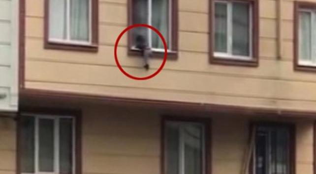 Pencereden düşen çocuğu havada yakaladılar