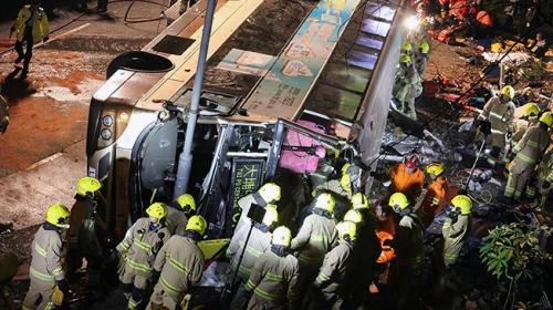 Hong Kong'da otobüs devrildi: 18 ölü