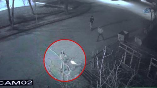 Muhtarın evine tüfekli saldırı anı güvenlik kamerasında