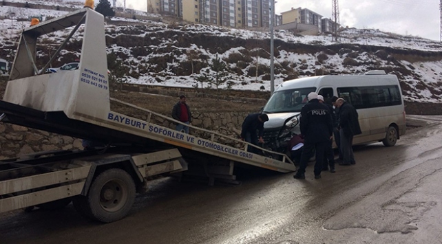 Bayburtta okul servisi ile otomobil çarpıştı: 16 yaralı