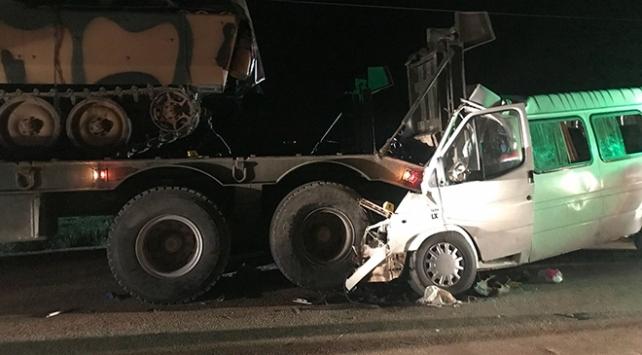Hatayda minibüs park halindeki askeri tıra çarptı: 3 ölü, 10 yaralı