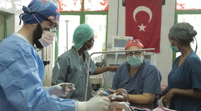 Etiyopyalı çocuk, Türk doktorların dikkatiyle hayata tutundu