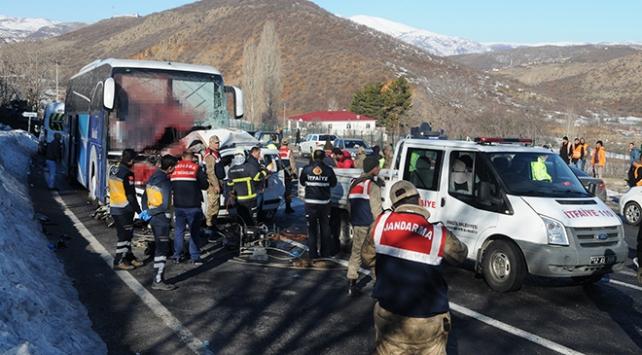 Bingölde yolcu otobüsü hafif ticari araçla çarpıştı: 4 ölü, 7 yaralı