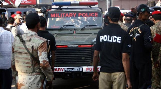 Pakistanda sınır muhafızlarını taşıyan araca silahlı saldırı: 4 polis öldü