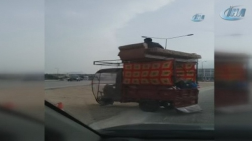 Evini 3 tekerli araçta taşıdı