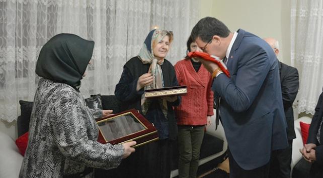 Bakan Yılmazdan Afrin şehidinin ailesine Türk bayrağı ve Kuran