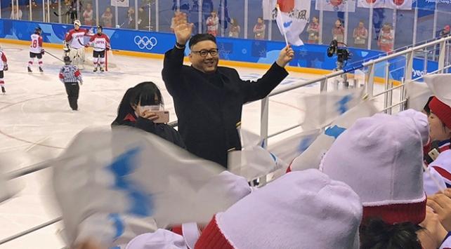 Kim Jong-una benzeyen kişi bir anda tribüne daldı, ortalık karıştı