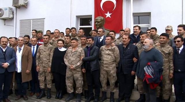 Sanatçılar Mehmetçiğe destek için sınırda