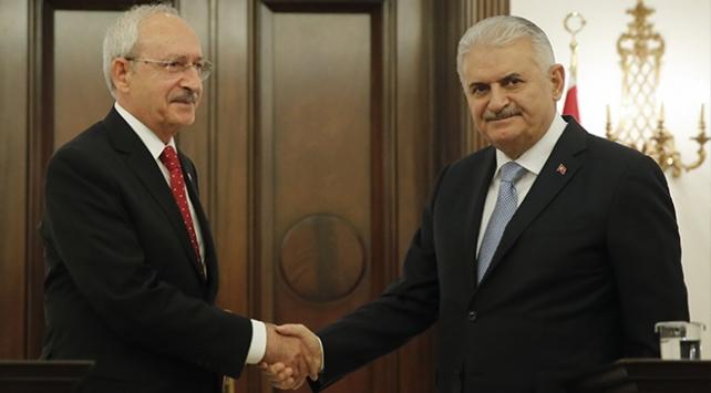"""Başbakan Yıldırımdan, CHP Genel Başkanı Kılıçdaroğluna """"geçmiş olsun"""" telefonu"""