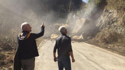 Rizede toprak kayması cep telefonu kamerasıyla kaydedildi