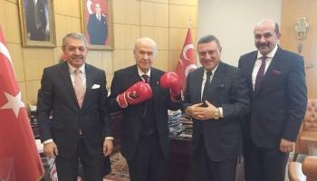 MHP Genel Başkanı Bahçeli, boks eldivenlerini giydi