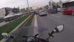 Otomobilin sıkıştırdığı motosikletli böyle kaza yaptı