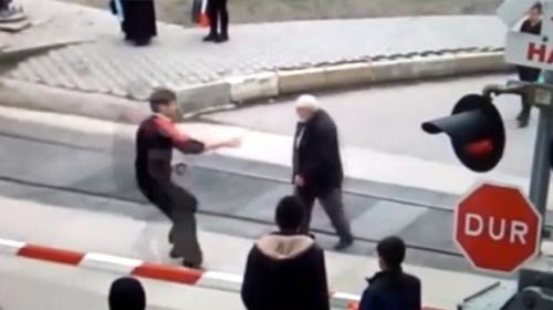 Tren yolundan geçmeye çalışan yaşlı adam son anda kurtarıldı