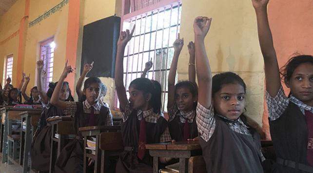 Hindistanda sınavda kopyayı önlemek için ayakkabı yasağı