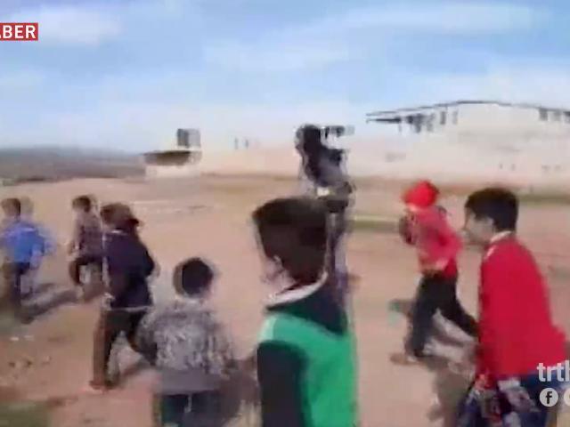 ÖSO mensupları, YPG/PKKdan kurtarılan köydeki çocuklarla top oynadı