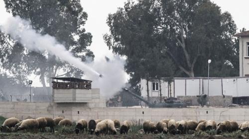 Afrinin batısındaki terör mevzileri top atışlarıyla vuruluyor