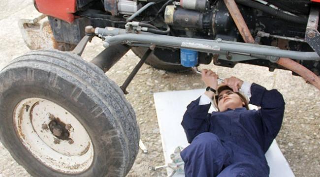 Adanalı kadınlar tamir ettikleri traktörü topuklu ayakkabılarıyla sürdü