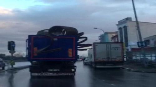 Aşırı yüklü kamyon faciaya neden olacaktı