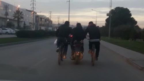 Bisiklet sürücüleri, ortalarındaki motosikletten destek aldılar