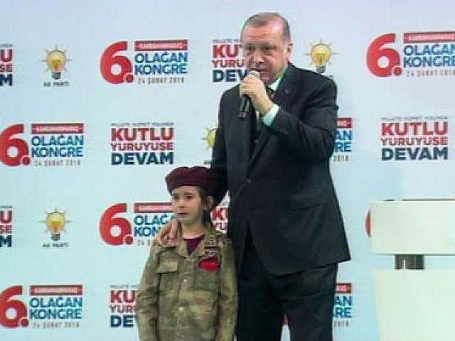 Cumhurbaşkanı Erdoğan, bordo bere takmış küçük kızı sahneye çağırdı