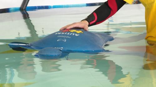 Otizme dikkat çekmek için 24 dakika suyun altında kaldı