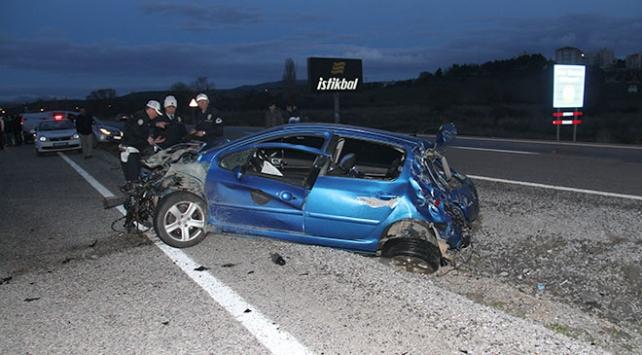 Konyada otomobil elektrik direğine çarptı: 2 ölü