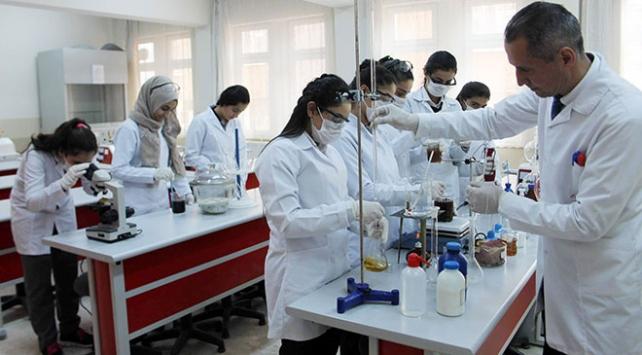 Lise öğrencileri yüzde 100 doğal deterjan üretti