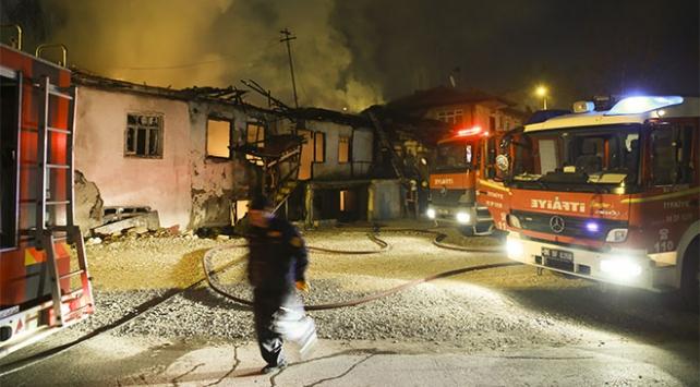 Başkentte üç gecekondu ile bir marangoz atölyesi yandı