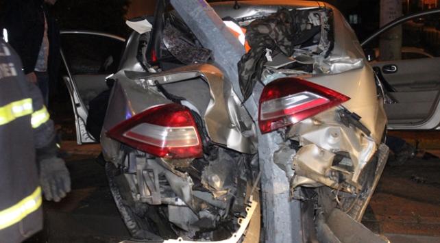 Kocaelide alkollü sürücünün kullandığı otomobil direğe saplandı