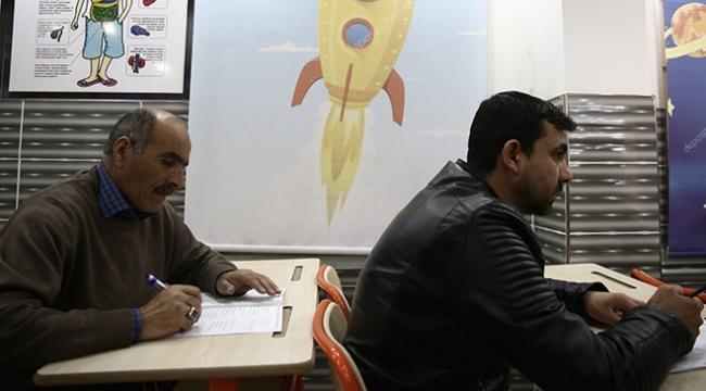 Gaziantepteki bu okulda veliler de sınava giriyor