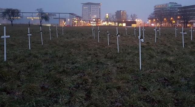 Hollandada cami yapılması planlanan alana 23 haç diktiler