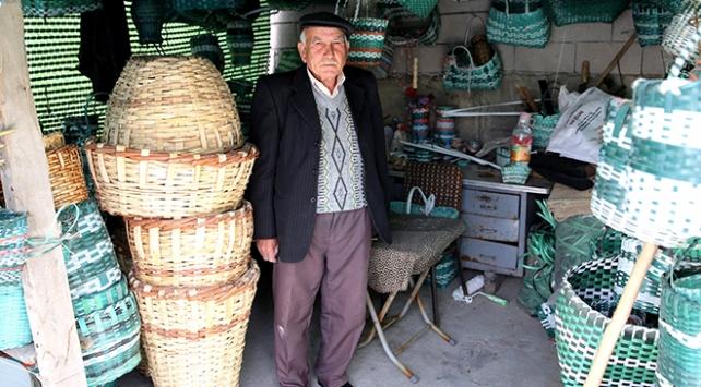 70 yıldır sepet örerek ekmeğini kazanıyor