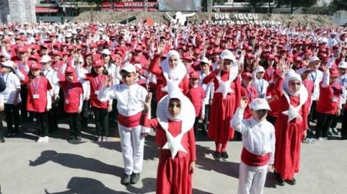 1380 çocuk işaret diliyle İstiklal Marşı'nı okuyarak rekor kırdı