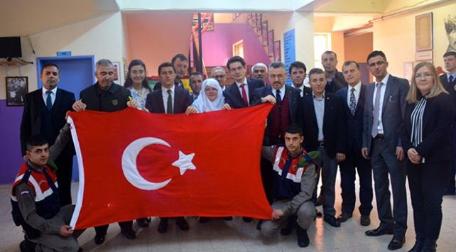 Öğrenci ve öğretmenlerden Mehmetçiğe el örgüsü Türk bayrağı