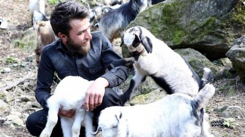 Keçilerine türkü söyleyen çoban sosyal medyada ilgi odağı oldu