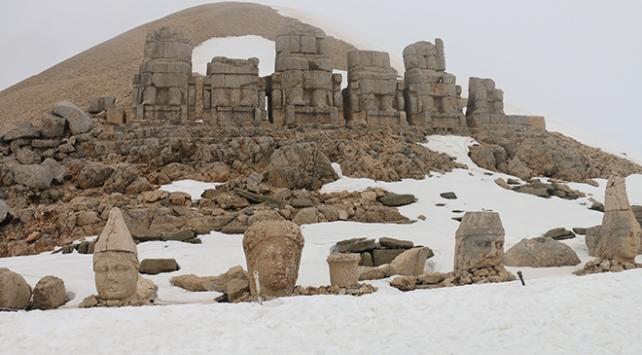 Karlar arasında kral heykelleri