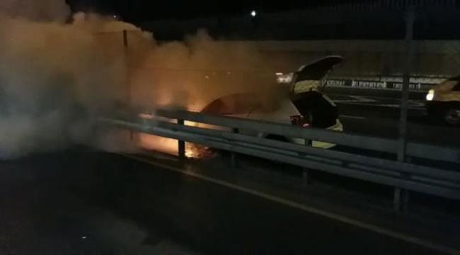 E-5te metrobüs durağı önünde araç alev alev yandı