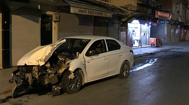 Adanada otomobil markete girdi: 2 yaralı