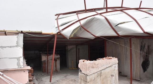 Şiddetli rüzgar çatıyı ters döndürdü