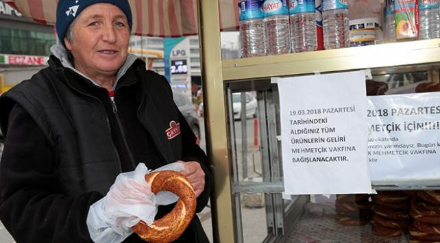 """""""Simitçi abla"""" bir günlük gelirini Mehmetçiğe bağışlayacak"""