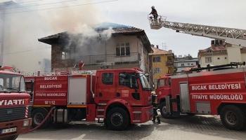 Yangında mahsur kalan anne ve iki çocuğunu itfaiye kurtardı