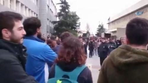 Şehitler için lokum dağıtmak isteyen öğrenciler saldırıya uğradı