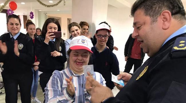 Down sendromlu çocuklar trafik polislerini ziyaret etti