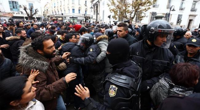 Tunusta göstericiler polis merkezine saldırdı