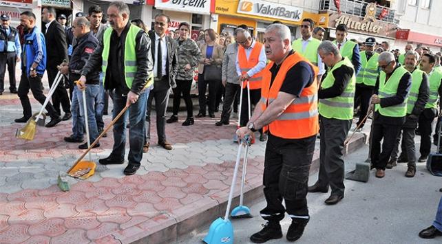 Sokakları belediye başkanı ve personel temizledi