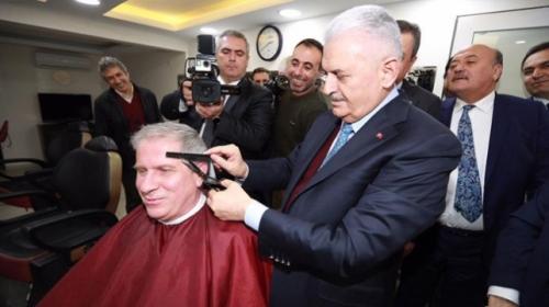 Başbakan Yıldırım, bir vatandaşa saç tıraşı yaptı