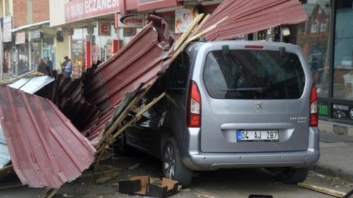 Doğu Anadoluda şiddetli rüzgar çatıları uçurdu