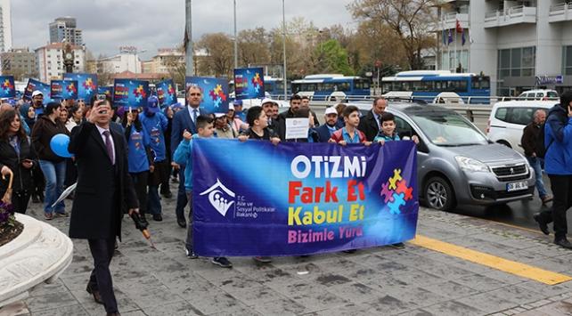 Aile ve Sosyal Politikalar Bakanlığı çalışanları, otizm farkındalığı için yürüdü