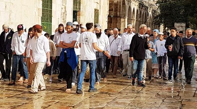 Fanatik Yahudiler Mescid-i Aksaya yine baskın düzenledi